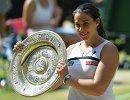 Марион Бартоли с трофеем Уимблдонского теннисного турнира