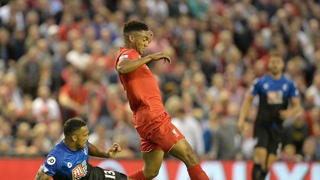 Защитник английского Ливерпуля Джо Гомес (в красной форме)