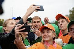 Биатлонист Антон Шипулин (в центре) во время мероприятия в рамках празднования 1000 дней до ЧМ-2018 в России