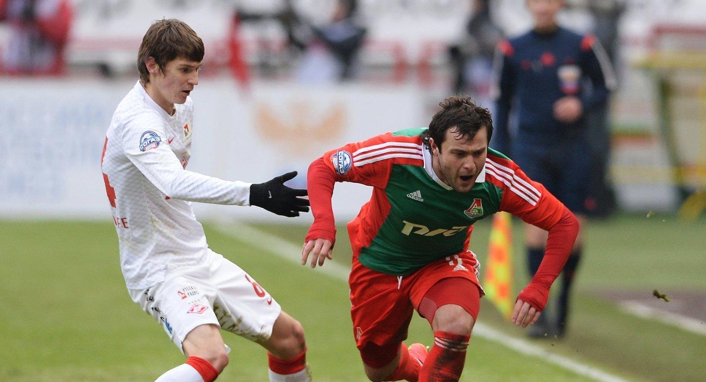 Защитник Спартака Денис Кутин (слева) и полузащитник Локомотива Алан Касаев