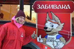 Волонтер на презентации первого брендированного автобуса с символикой ЧМ-2018 года в Саранске