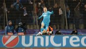 Полузащитник Зенита Олег Шатов радуется забитому голу