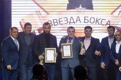 Боксеры Мурат Гассиев и Денис Лебедев (в центре слева направо)
