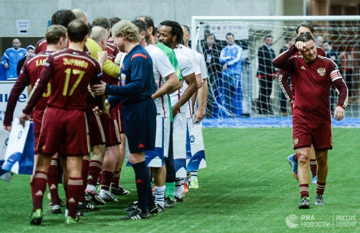 Игроки сборных России и Франции приветствуют друг друга (справа)
