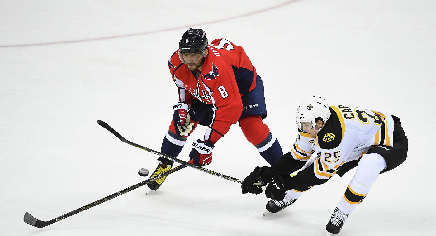 Российский нападающий клуба НХЛ Вашингтон Кэпиталз Александр Овечкин (слева)