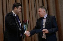 Специальный корреспондент агентства Р-Спорт Олег Богатов (справа) во время вручения приза FIAS Серебряное перо
