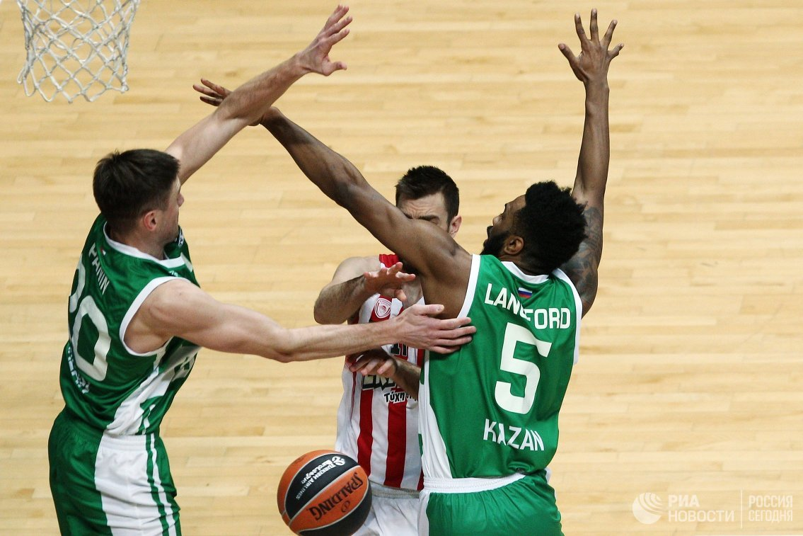 Игровой момент матча УНИКС - Олимпиакос