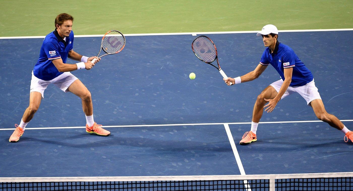 Французские теннисисты Пьер-Юг Эрбер и Николя Маю (справа налево)