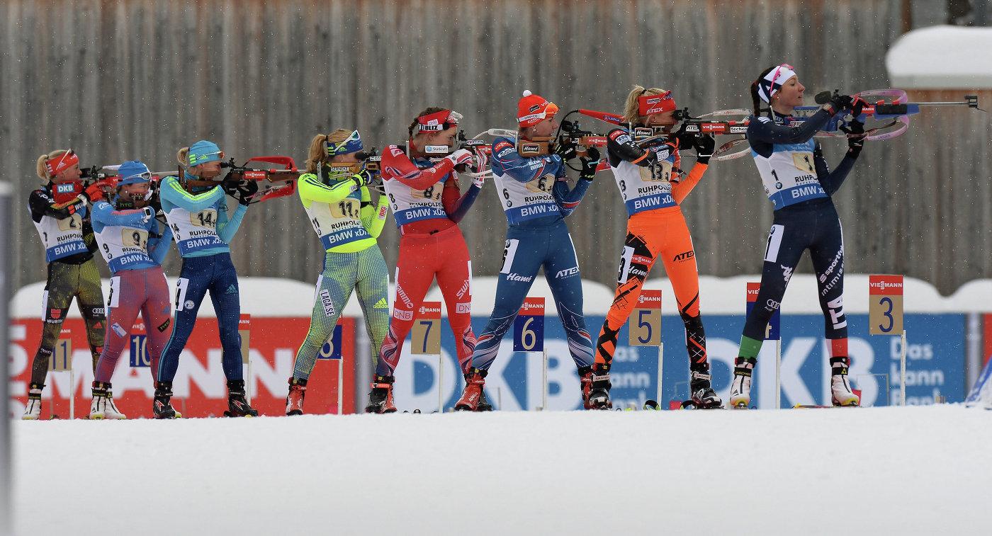 Биатлонистки на огневом рубеже эстафетной гонки в Рупольдинге. Вторая слева - Екатерина Юрлова