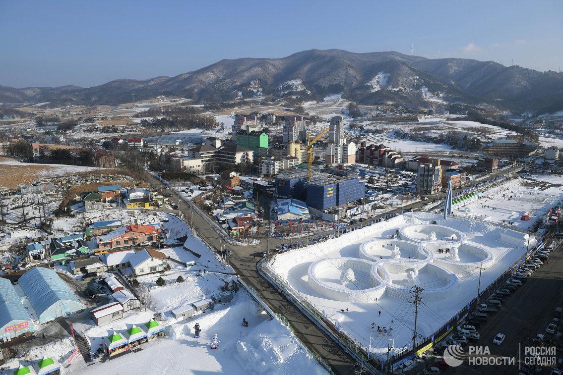 Снежные фигуры в виде олимпийских колец