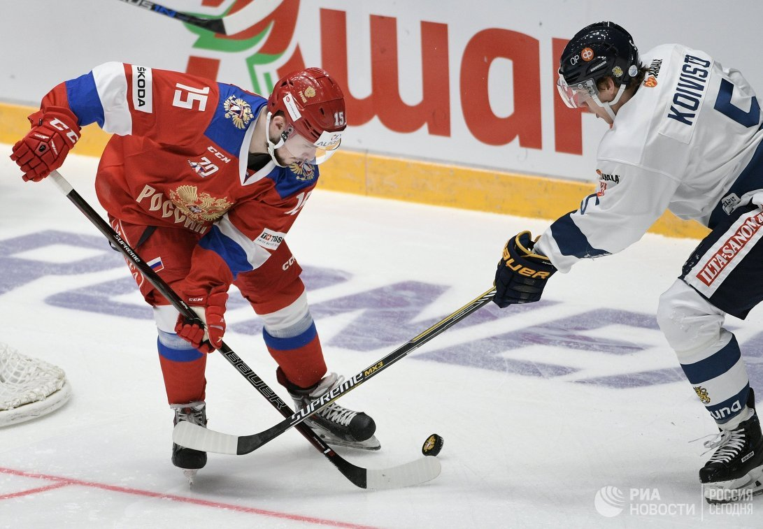 Форвард сборной России Анатолий Голышев (слева) и нападающий сборной Финляндии Миика Койвисто