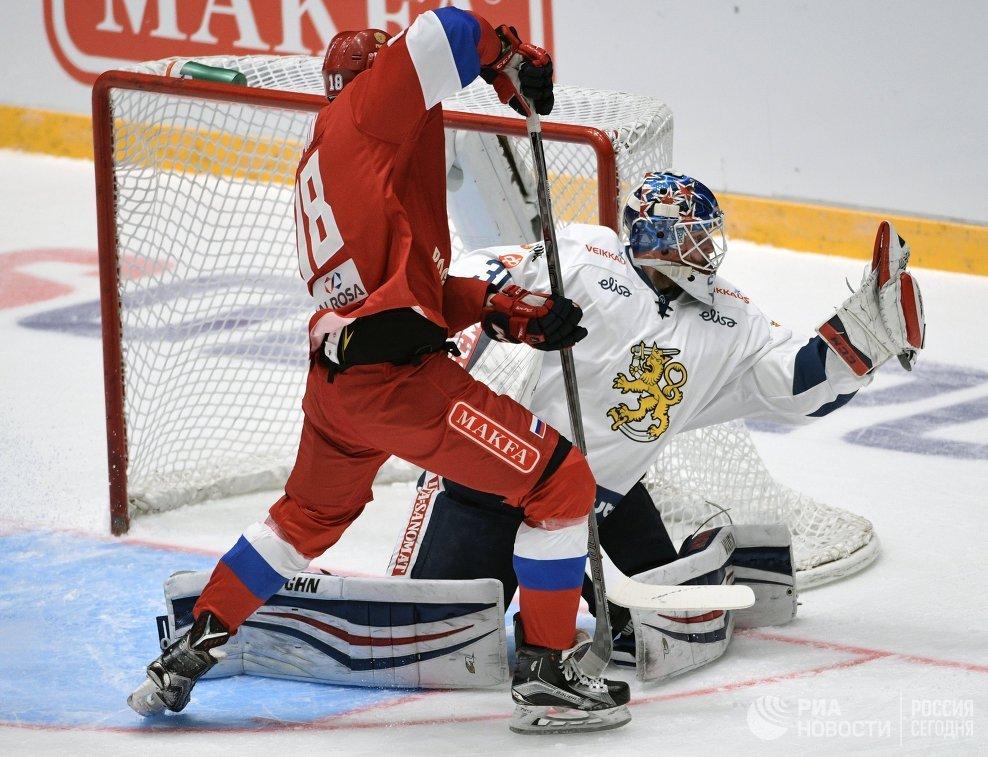 Форвард сборной России Максим Мамин (слева) и вратарь сборной Финляндии Микко Коскинен