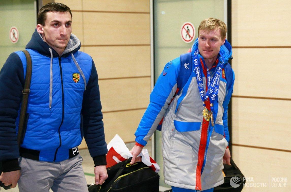 Бронзовый призер XXVIII Всемирной зимней Универсиады Егор Березин (справа)