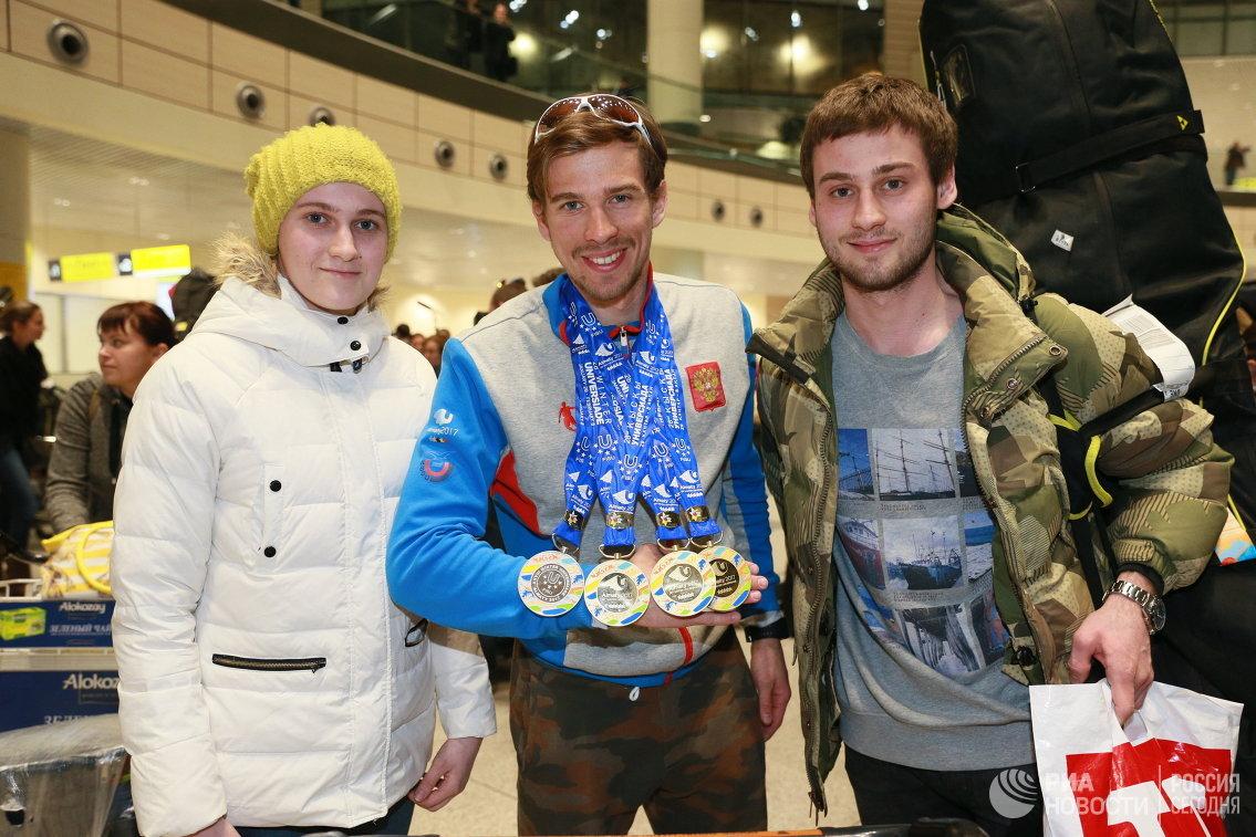 Золотой призер XXVIII Всемирной зимней Универсиады в лыжных гонках Дмитрий Ростовцев (в центре) с братом и сестрой Полиной и Андреем