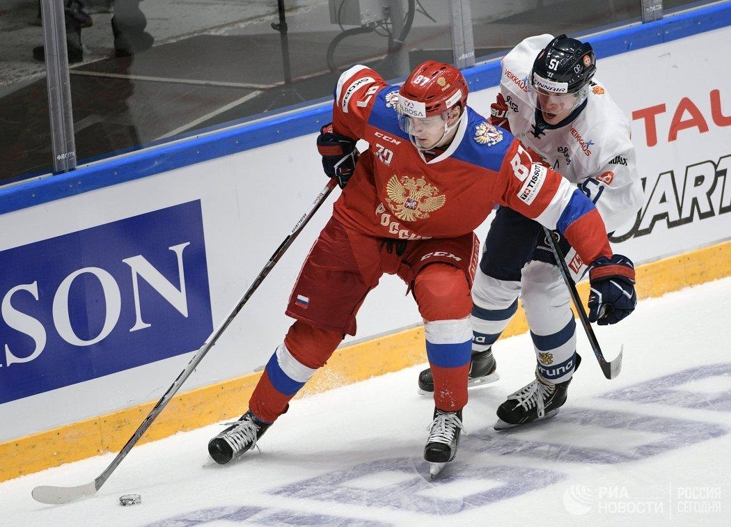 Нападающий сборной России Максим Шалунов (слева) и форвард сборной Финляндии Томи Саллинен