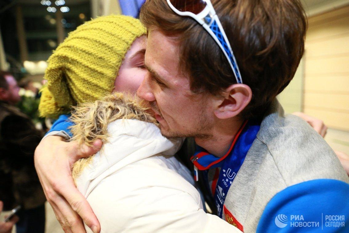 Золотой призер XXVIII Всемирной зимней Универсиады в лыжных гонках Дмитрий Ростовцев (справа)