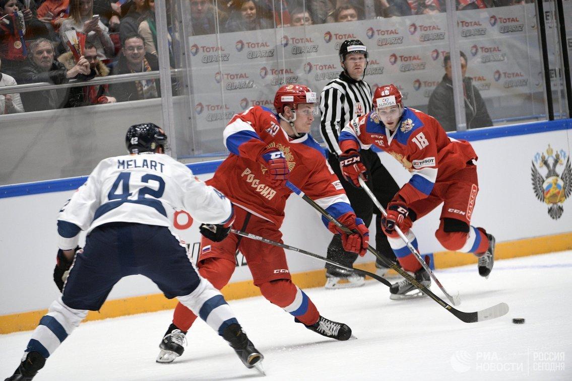 Форварды сборной России Андрей Светлаков (в центре), Максим Мамин (справа) и защитник сборной Финляндии Илари Меларт (слева)