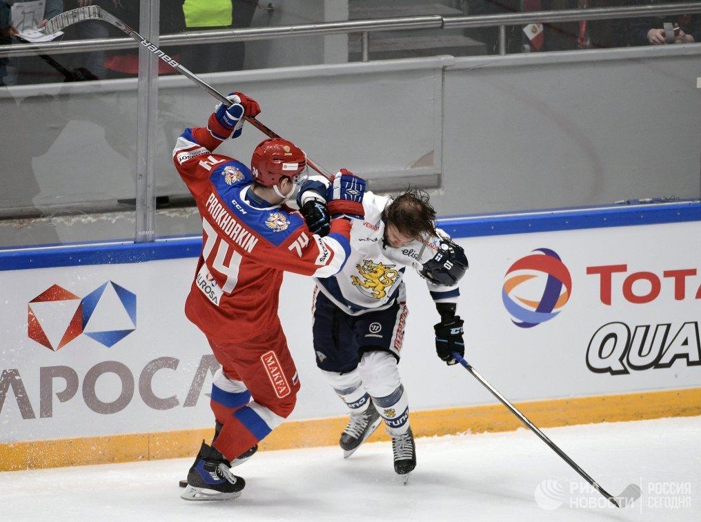 Форвард сборной России Николай Прохоркин (слева) и защитник сборной Финляндии Микко Коуса