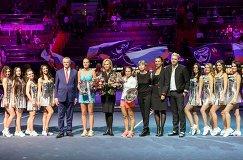 Александр Медведев, победительница теннисного турнира St.Petersburg Ladies Trophy 2017 в женском одиночном разряде Кристина Младенович (в центре слева направо), финалистка Юлия Путинцева (в центре справа) и хорватская теннисистка Ива Майоли (шестая справа)