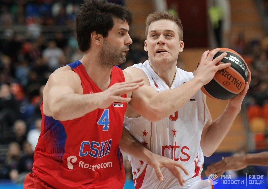 Защитники ПБК ЦСКА Милош Теодосич и БК Црвена Звезда Нейт Уолтерс (справа)