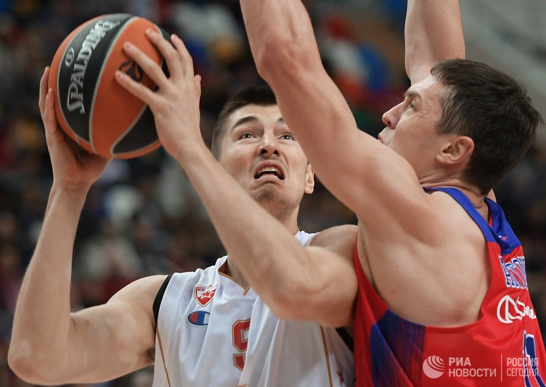 Форварды ПБК ЦСКА Семён Антонов и БК Црвена Звезда Лука Митрович (слева)
