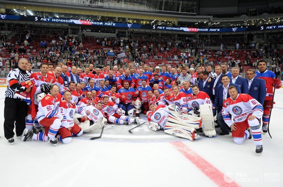 Президент России Владимир Путин во время фотографирования с участниками гала-матча турнира Ночной хоккейной лиги между командами Звёзды НХЛ и Сборная НХЛ в ледовом дворце Большой в Сочи