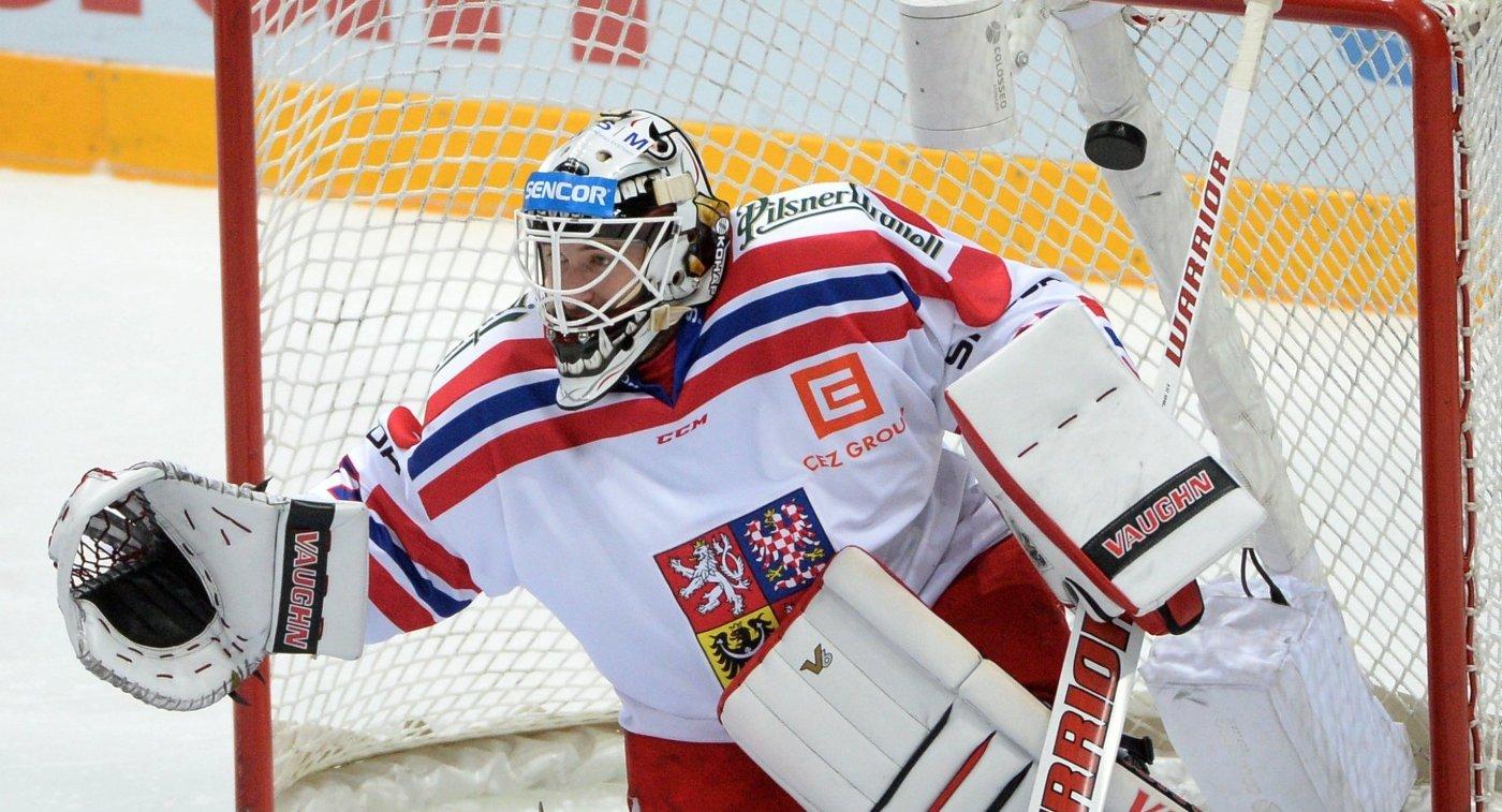 Вратарь сборной Чехии Павел Францоуз пропускает шайбу в свои ворота