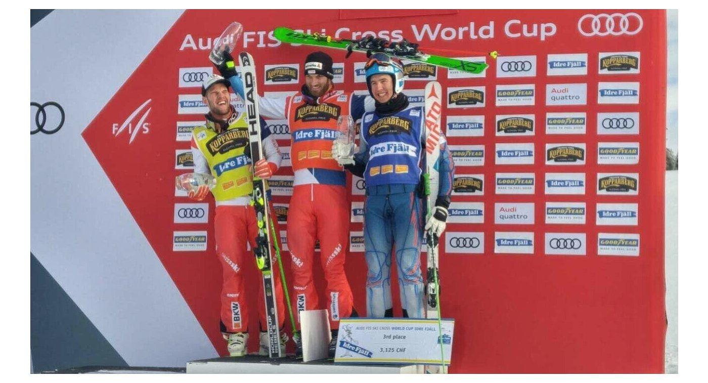 Российский фристайлист Игорь Омелин (справа), швейцарцы Алекс Фива (в центре) и Марка Бишофбергера