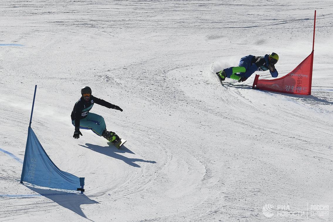 Спортсмены в соревнованиях по параллельному гигантскому слалому среди мужчин на этапе кубка мира по сноуборду в Пхенчхане