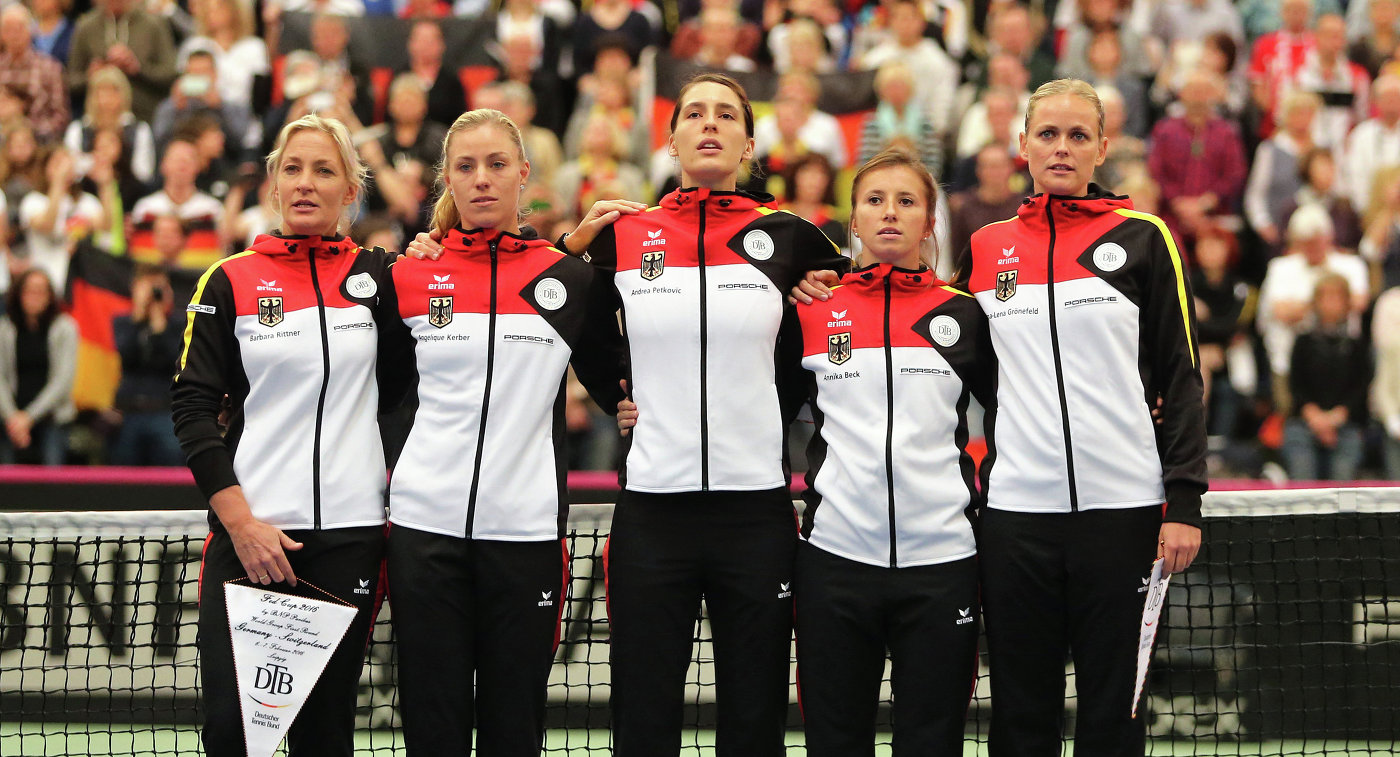 Женская сборная Германии по теннису. Слева направо: Барбара Риттнер, Ангелика Кербер, Андреа Петкович, Анника Бек и Анна-Лена Гренефельд