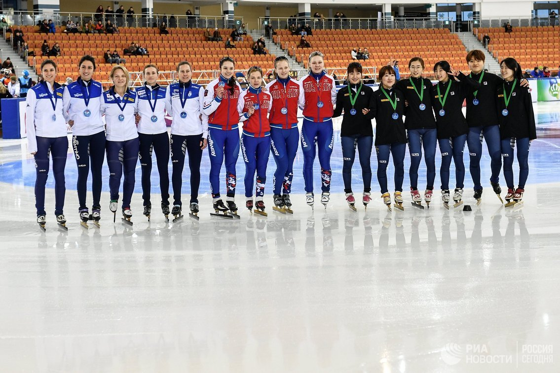 Спортсменки сборных Италии, России и Кореи по шорт-треку (слева направо)