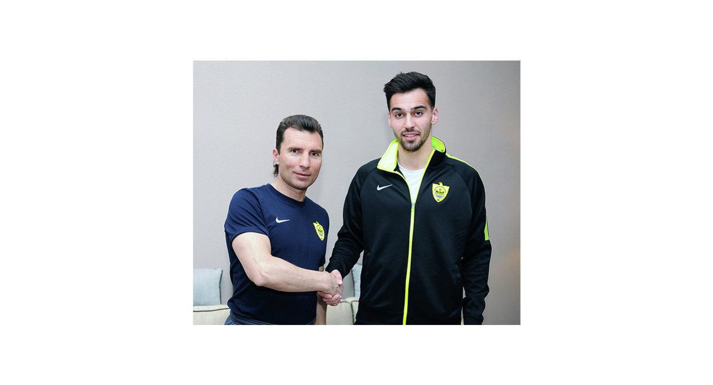 Главный тренер ФК Анжи Александр Григорян (слева) и новичок команды Андрей Лях
