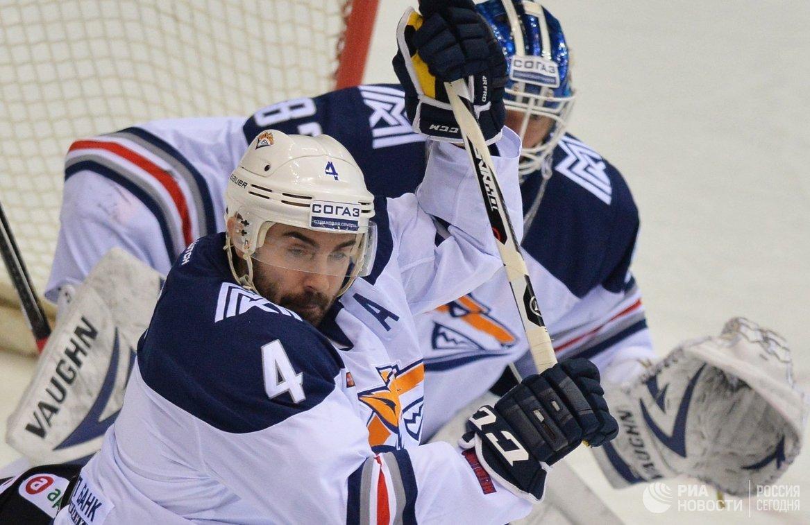 Вратарь Металлурга Василий Кошечкин (справа) и защитник Металлурга Крис Ли