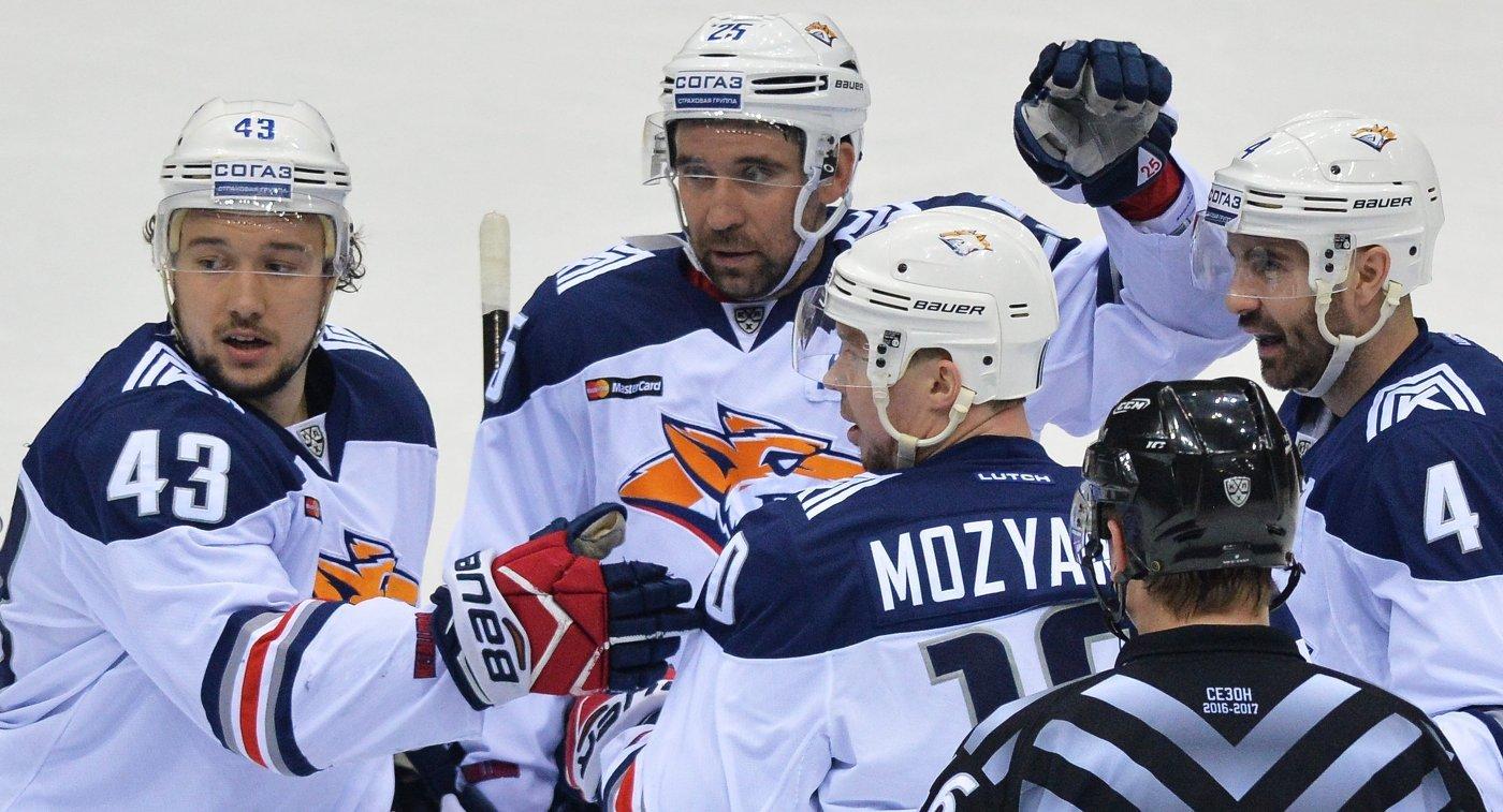 Хоккеисты Металлурга Ян Коварж, Данис Зарипов, Сергей Мозякин и Крис Ли (слева направо)
