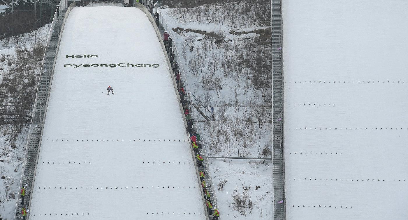 Спортсменка во время прыжка на этапе Кубка мира по прыжкам на лыжах с трамплина среди женщин в корейском Пхенчхане