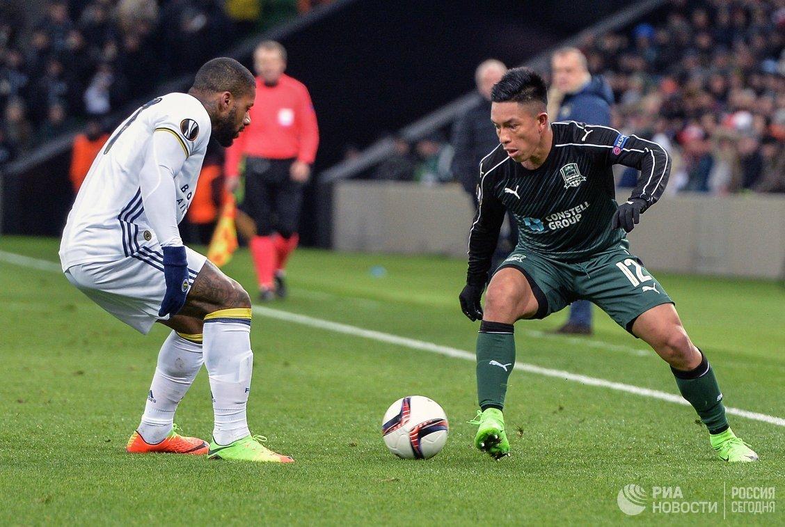 Защитник ФК Краснодар Кристиан Рамирес (справа)