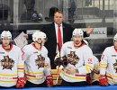 Главный тренер ХК Куньлунь Ред Стар Владимир Юрзинов (на дальнем плане)