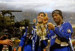Футболисты Челси Пауло Феррейра и Дидье Дрогба с Кубком английской лиги, 2005 год