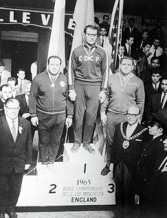 Александр Иваницкий (в центре)