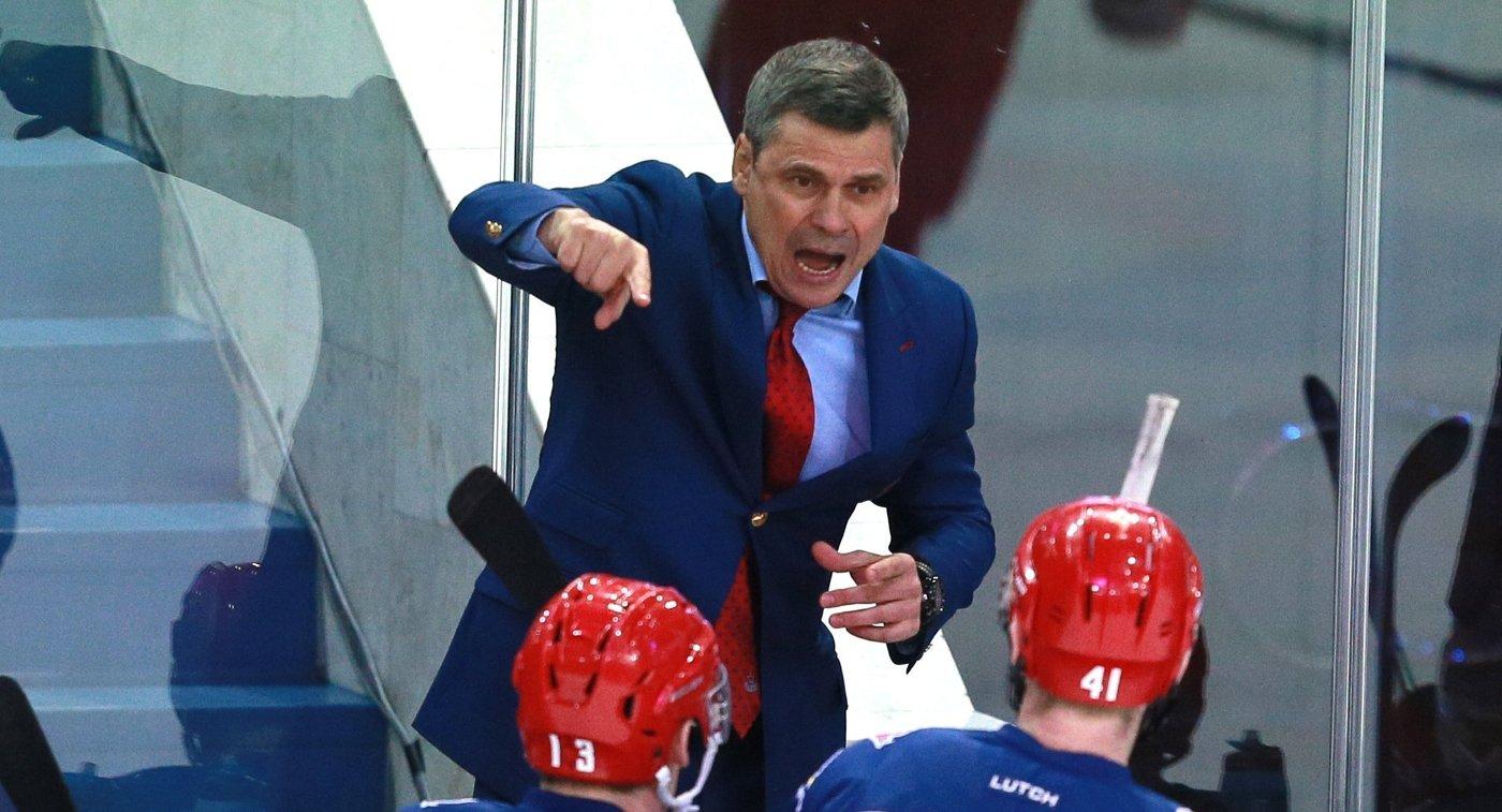 Главный тренер ПХК ЦСКА Дмитрий Квартальнов (на втором плане)
