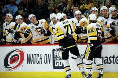 Хоккеисты Питтсбурга радуются заброшенной шайбе Евгения Малкина