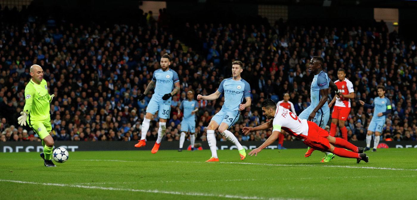 Нападающий Монако Радамель Фалькао (справа на первом плане) забивает мяч в ворота Манчестер Сити