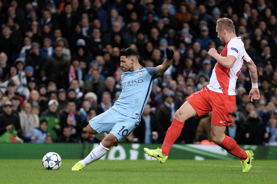 Нападающий Манчестер Сити Серхио Агуэро (слева) забивает мяч в ворота Монако