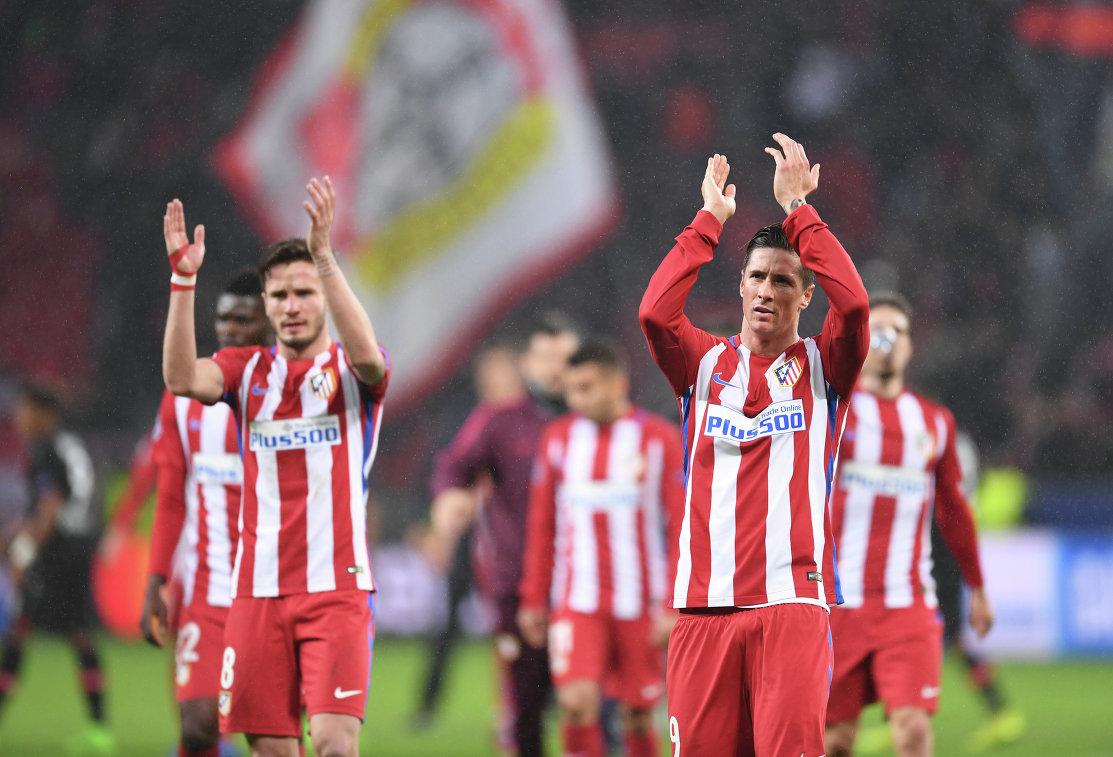 Футболисты Атлетико Сауль и Фернандо Торрес (слева направо) благодарят болельщиков после окончания матча