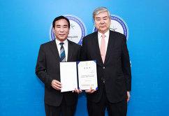 Генеральный секретарь Олимпийских игр 2018 года Ё Хён Гу (слева)
