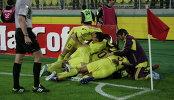 Футболисты Анжи радуются забитому голу
