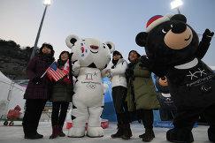 Зрители фотографируются с талисманами зимних Олимпийских игр и Зимних Паралимпийских игр-2018 в Пхенчхане