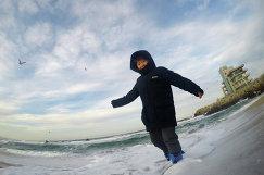 Ребенок на пляже Anmok Beach в Канныне