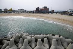 Волнорезы возле пляже Gyeongpo Beach в городе Каннын, Республика Корея