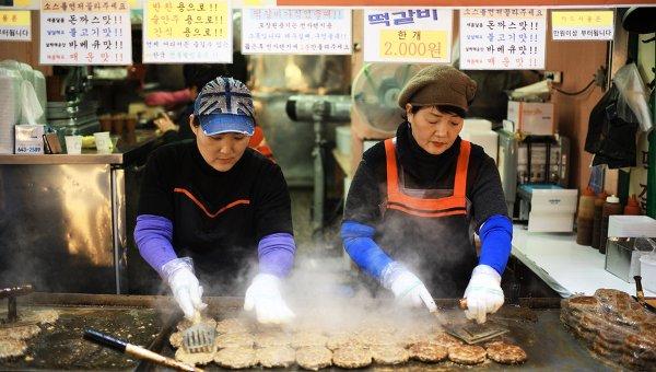 Работники закусочной на рынке в Канныне